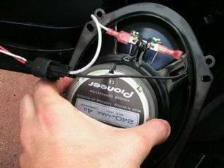 instalar altavoces coche