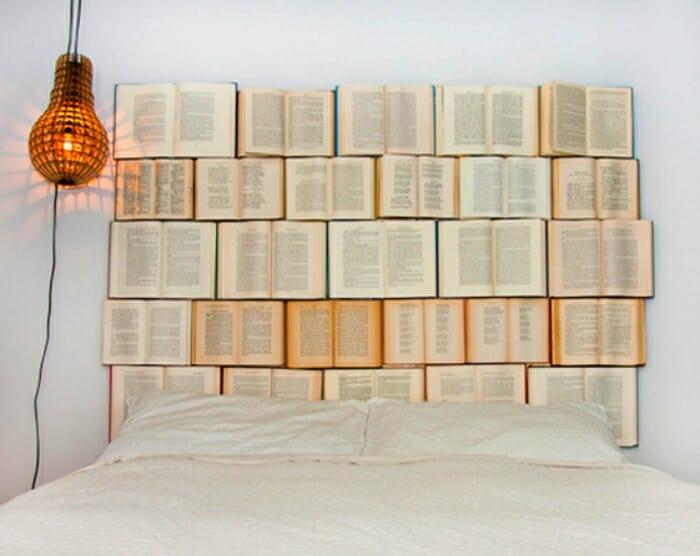 cabecero cama libros viejos