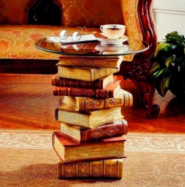 mesa hecha libros antiguos